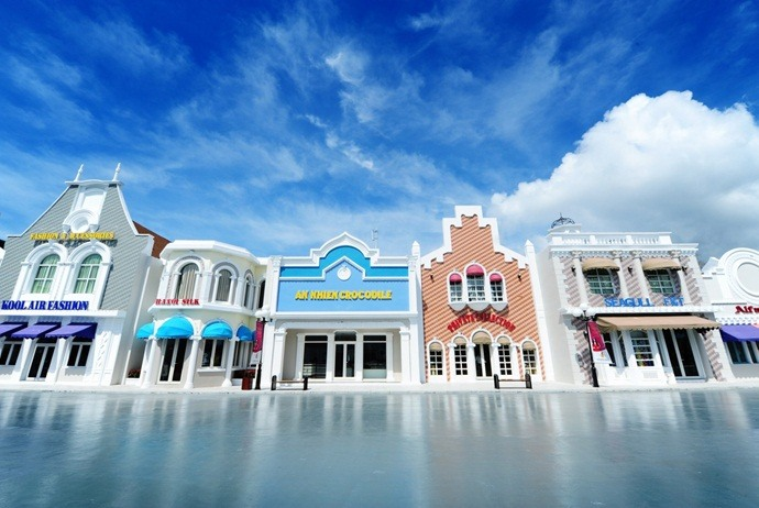 what to do in vinpearl land in nha trang - shopping street