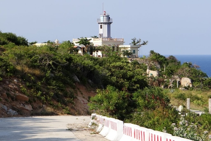 activites and attractions about binh hung tourism - hon chut lighthouse