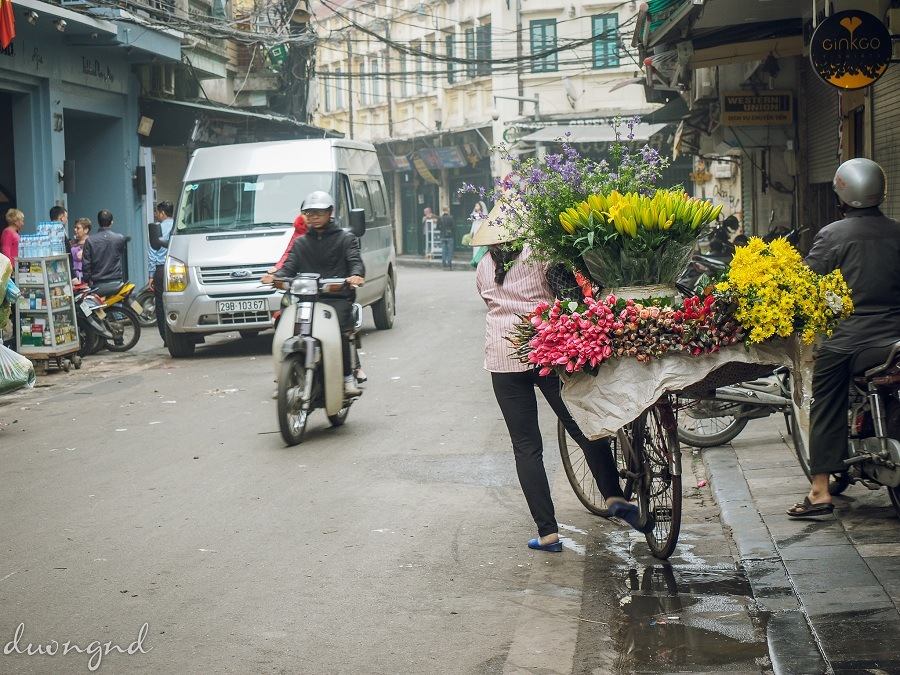 street hawkers in hanoi - from large streets to small