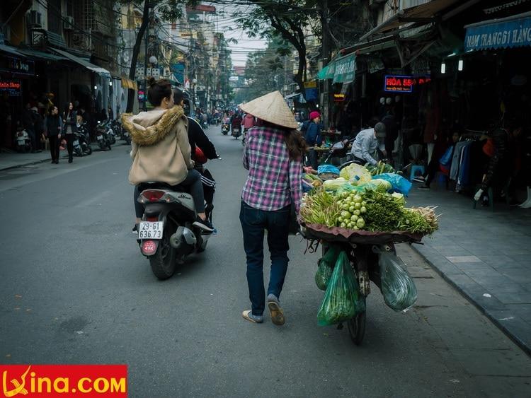 vietnam photos - street hawkers in hanoi