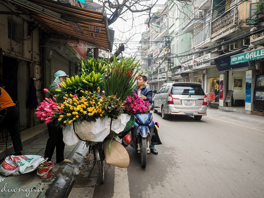 street hawkers in hanoi - the man comes to buy flowers