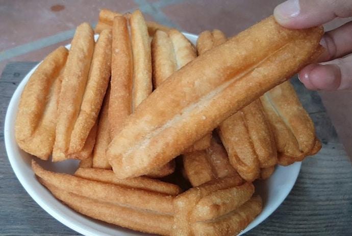 hot finger-shaped soufflé - quay nong on hang bong street