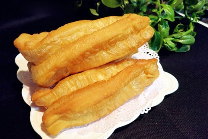 hot finger-shaped soufflé - quay nong on tran nhat duat street