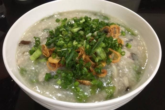 where to eat vietnamese fish porridge in Hanoi - chao ca bay ngoc on hoang ngoc phach street