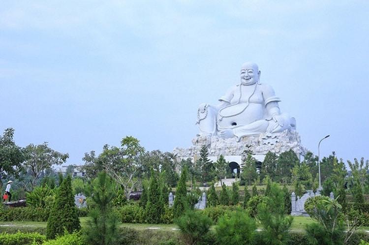 than tai hot springs park - maitreya statue