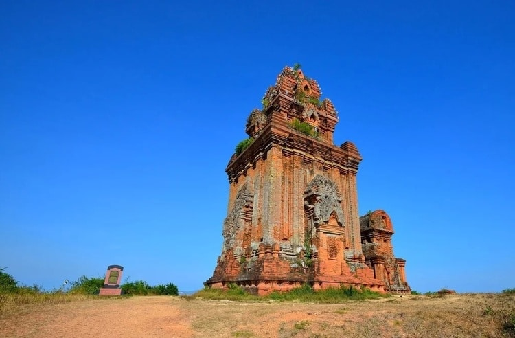 vietnam photos - cham towers in binh dinh