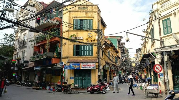 vietnam photos - shopping in hanoi old quarter