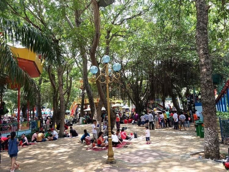 vietnam photos -30/4 park