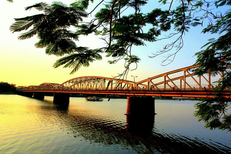 vietnam photos - truong tien bridge